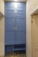Распашной шкаф с жалюзийными фасадами