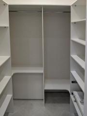 Мебель для гардеробной выполнена по индивидуальному проекту