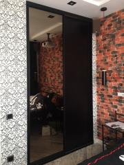 Встроенный шкаф-купе с контрастными фасадами