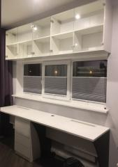 Письменный стол и книжные полки