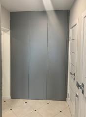 Серый шкаф для бытовой техники