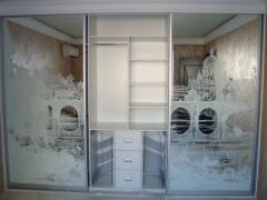 Шкаф купе с пескоструйным узором на зеркале