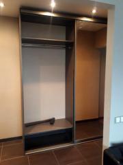Шкаф в комнату в цвете Венге, декорированный зеркалами.