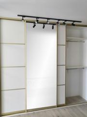 Встроенный шкаф-купе 3-х дверный, белого цвета