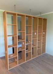 Открытый стеллаж для зонирования помещения