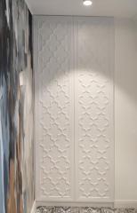 Встроенный шкаф с распашными рельефными фасадами
