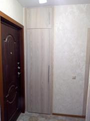 Узкий распашной шкаф в прихожую