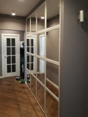 Зеркальный встроенный распашной шкаф