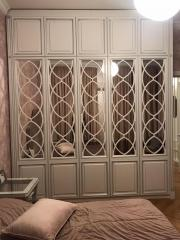 Изысканный классический шкаф в спальню