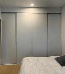 шкаф с белыми фасадами в стиле минимализм