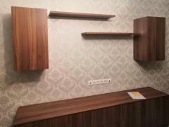 Комплект мебели в гостиную: тумба под телевизор, навесные шкафы и полки