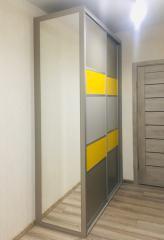 Дизайнерский шкаф-купе с яркими фасадами