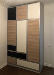 Дизайнерский шкаф с контрастными фасадами