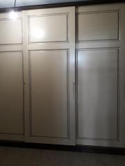 Шкаф купе белого цвета, декорированный фрезеровкой фасадов