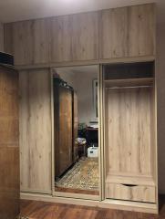 Шкаф для спальни декорированный с наполнением