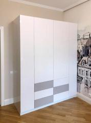 Стильный распашной шкаф белого цвета