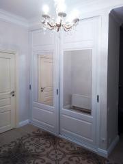 Шкаф-купе с зеркалом и фрезеровкой