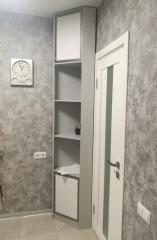 Угловой распашной шкаф с открытыми полками