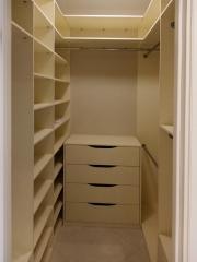 Угловой стеллаж в гардеробную