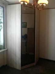 Вместительный угловой шкаф в комнату