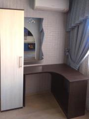 Рабочее место: угловой письменный стол, узкий шкаф