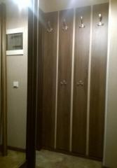 Прихожая: вешалка, тумба и шкаф