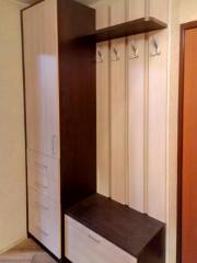 распашной шкаф и вешалка