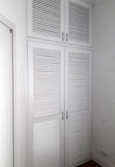 Шкаф с жалюзийными фасадами на заказ