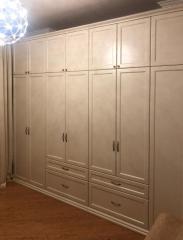 Белый шкаф с выдвижными ящиками на заказ
