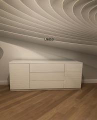 Белый комод с выдвижными ящиками в классическом стиле