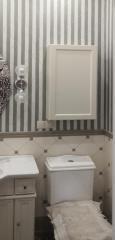 Белый навесной шкаф в ванную комнату