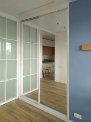 Встроенный шкаф-купе с зеркальными фасадами