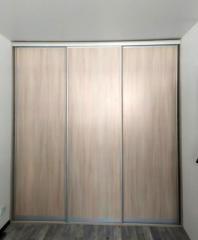 Встроенный 3-х дверный шкаф-купе для одежды.