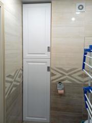 встроенный в нишу шкаф в ванную комнату