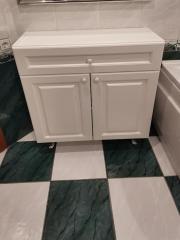 Белая тумба в ванную комнату
