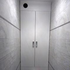 Встроенный шкаф белого цвета в санузел