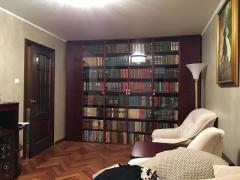 Библиотека за стеклянными дверьми