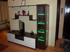 ТВ зона для гостиной с подсветкой для стеклянных полок