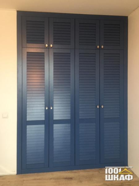 Синий распашной шкаф с антресолью