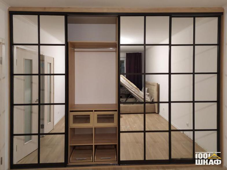 Встроенный шкаф купе декорированный зеркалом
