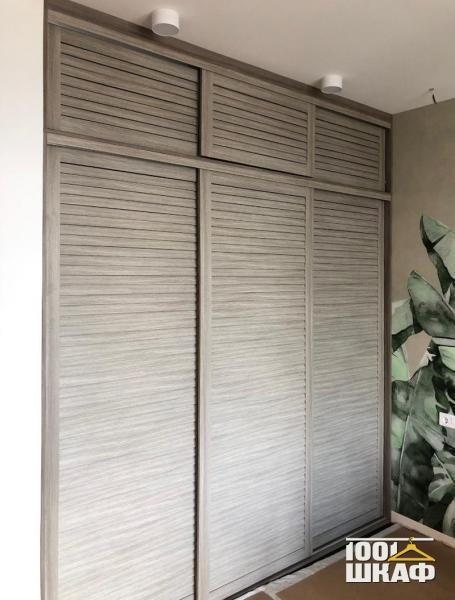 Встроенный шкаф-купе с жалюзийными фасадами
