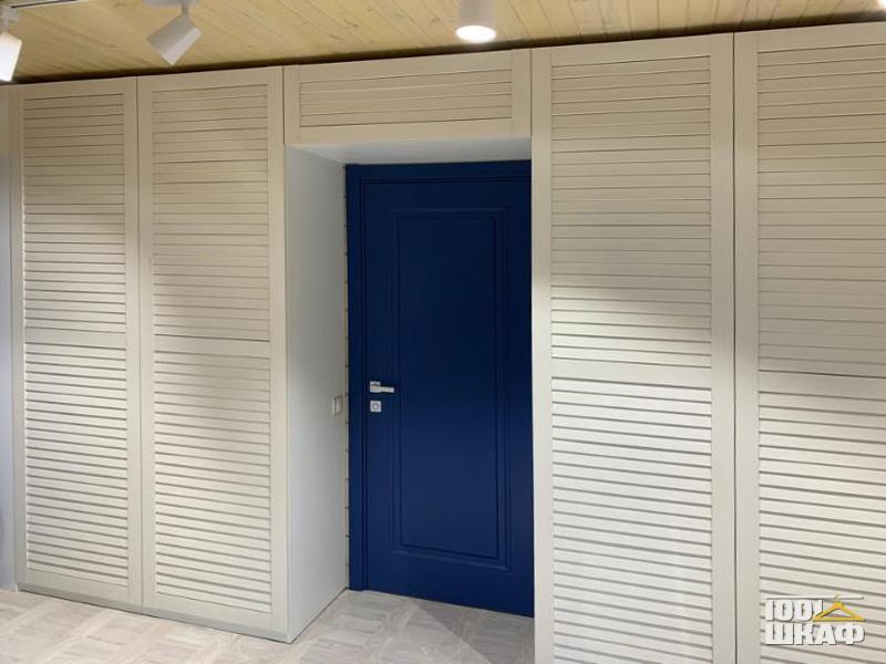 П-образный шкаф с жалюзийными фасадами