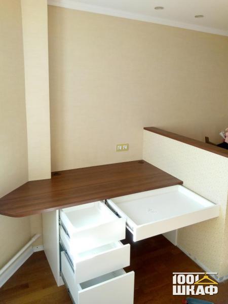 письменный стол с выдвижными ящиками