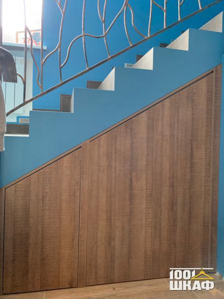 Встроенный распашной шкаф под лестницей