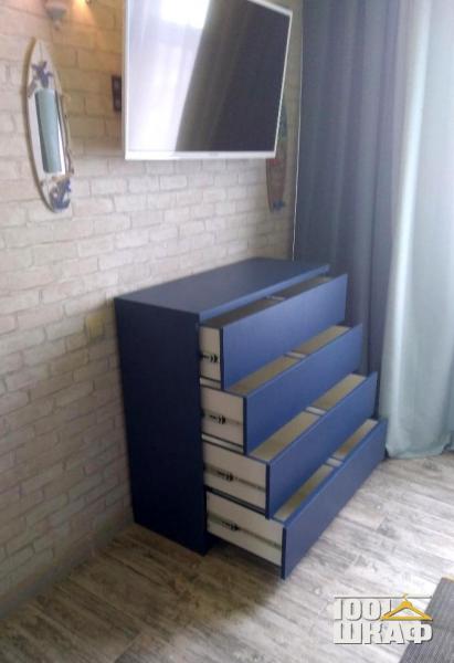 Комод с выдвижными ящиками синего цвета