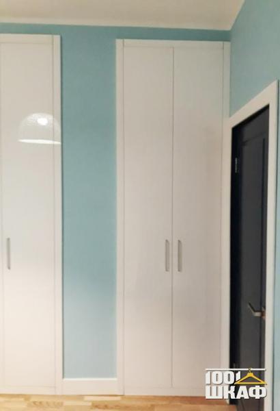 Вместительный шкаф белого цвета