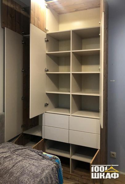 Шкаф для одежды с гладкими фасадами