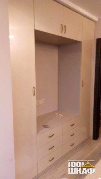 Комплект белой мебели в гостиную: место под телевизор