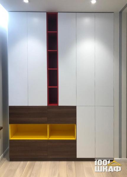 Дизайнерский шкаф с гладкими фасадами