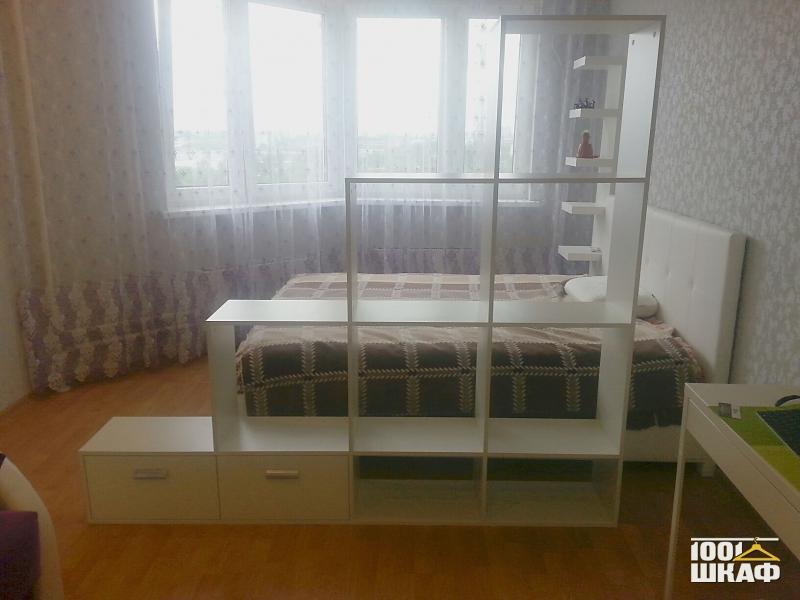 Стеллаж в спальню для зонирования